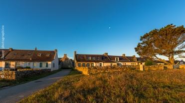 Premières maisons du bourg au lever du soleil
